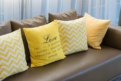 Καθιστικό με τον καφετή καναπέ και τα κίτρινα μαξιλάρια Στοκ εικόνα με δικαίωμα ελεύθερης χρήσης