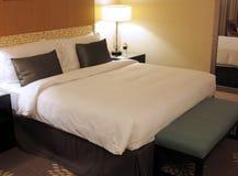 Καθιστικό ξενοδοχείων, κρεβάτι Στοκ Εικόνες
