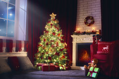 Καθιστικό που διακοσμείται για τα Χριστούγεννα στοκ εικόνα με δικαίωμα ελεύθερης χρήσης