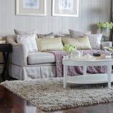 Καθιστικό πολυτέλειας με τον καναπέ και άσπρος πίνακας στον τάπητα στοκ φωτογραφίες με δικαίωμα ελεύθερης χρήσης