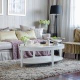 Καθιστικό πολυτέλειας με τον καναπέ και άσπρος πίνακας στον τάπητα στοκ εικόνα με δικαίωμα ελεύθερης χρήσης