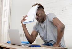 Καθιστικό συνεδρίασης ατόμων αφροαμερικάνων στο σπίτι που λειτουργεί με το φορητό προσωπικό υπολογιστή και τη γραφική εργασία Στοκ Εικόνες