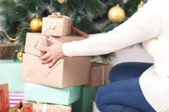 Καθιστικό Χριστουγέννων με το χριστουγεννιάτικο δέντρο και δώρα κάτω από το στοκ εικόνες