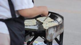 Καθιστώντας τα παραδοσιακά ινδικά τρόφιμα αποκαλούμενα «Roti» στην Ταϊλάνδη απόθεμα βίντεο