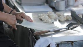 Καθιστώντας τα παραδοσιακά ινδικά τρόφιμα αποκαλούμενα «Roti» στην Ταϊλάνδη φιλμ μικρού μήκους