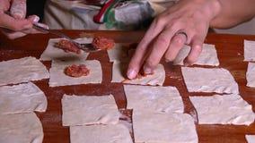 Καθιστώντας την τουρκική Ravioli πίτα ονομασμένη Manti απόθεμα βίντεο