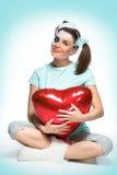 Καθμένος νέα γυναίκα με την καρδιά στοκ φωτογραφίες με δικαίωμα ελεύθερης χρήσης