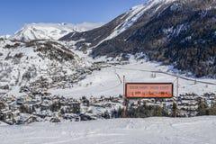 Καθοδηγήστε γραπτός στις διάφορες γλώσσες που προειδοποιούν για το ειδικό σκι που οργανώνεται μπροστά Άποψη της πόλης Thuile στην Στοκ εικόνες με δικαίωμα ελεύθερης χρήσης