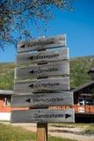 καθοδηγήστε με τις κατευθύνσεις στην κορυφογραμμή Besseggen σε Jotunheimen εθνικό στοκ εικόνες με δικαίωμα ελεύθερης χρήσης