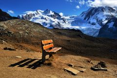 Καθοδηγήστε σε Matterhorn Ελβετία με τις κατευθύνσεις σε διάφορο γεια Στοκ Εικόνα