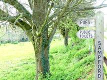 Καθοδηγήστε σε Sampford Peverell, Devon, που κατευθύνει προς τα μπαρ και τις τουαλέτες στοκ φωτογραφία με δικαίωμα ελεύθερης χρήσης