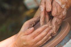 καθοδηγώντας χέρια Στοκ Εικόνες