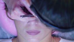 καθολική γυναίκα Ιστού προτύπων σελίδων χαιρετισμού προσώπου καρτών ανασκόπησης Διαδικασία επέκτασης Eyelash στο σαλόνι απόθεμα βίντεο
