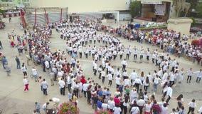 Καθολική ημέρα του ρουμανικού λαϊκού κοστουμιού Ia Οι άνθρωποι γιορτάζουν από να χορεψουν δημόσια το τετράγωνο απόθεμα βίντεο