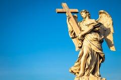 Καθολικός άγγελος με το σταυρό στοκ φωτογραφία με δικαίωμα ελεύθερης χρήσης