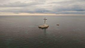 Καθολικός σταυρός στη θάλασσα απόθεμα βίντεο