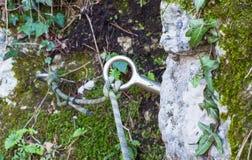 Καθορίζοντας δαχτυλίδι ορειβασίας με ένα σχοινί Στοκ εικόνα με δικαίωμα ελεύθερης χρήσης