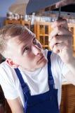 Καθορίζοντας εξολκέας Handyman με το κατσαβίδι Στοκ Εικόνα