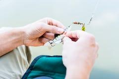 Καθορίζοντας θέλγητρο ψαράδων στην οπλή της αλιείας της ράβδου στοκ εικόνες