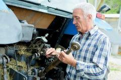 Καθορίζοντας παλαιά αγροτική μηχανή Στοκ εικόνα με δικαίωμα ελεύθερης χρήσης