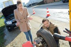 Καθορίζοντας πρόβλημα αυτοκινήτων εργαζομένων ρυμούλκησης αυτοκινήτων στο δρόμο Στοκ Εικόνα
