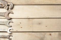 καθορισμένα εργαλεία κ&alp Γαλλικό κλειδί στο ξύλινο υπόβαθρο Στοκ Εικόνα