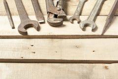καθορισμένα εργαλεία κ&alp Γαλλικό κλειδί στο ξύλινο υπόβαθρο Στοκ εικόνα με δικαίωμα ελεύθερης χρήσης