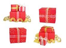 Καθορισμένα κιβώτια δώρων διακοπών που διακοσμούνται με τα τόξα και τις κορδέλλες Στοκ φωτογραφίες με δικαίωμα ελεύθερης χρήσης