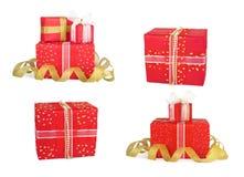 Καθορισμένα κιβώτια δώρων διακοπών που διακοσμούνται με τα τόξα και τις κορδέλλες Στοκ Εικόνα