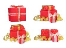 Καθορισμένα κιβώτια δώρων διακοπών που διακοσμούνται με τα τόξα και τις κορδέλλες Στοκ φωτογραφία με δικαίωμα ελεύθερης χρήσης