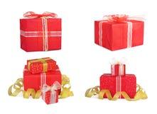 Καθορισμένα κιβώτια δώρων διακοπών που διακοσμούνται με τα τόξα και τις κορδέλλες Στοκ Εικόνες