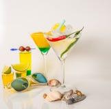 Καθορισμένα πυροβοληθε'ντα ποτά, κίτρινα ποτά καμικαζιών που διακοσμούνται με τα φρούτα, λι Στοκ Φωτογραφία