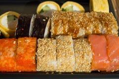 Καθορισμένα σούσια σε ένα παραδοσιακό ιαπωνικό εστιατόριο Στοκ Φωτογραφίες