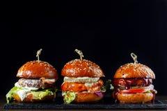 Καθορισμένα burgers με το βόειο κρέας Στο Μαύρο υπόβαθρο-2 Στοκ Εικόνες
