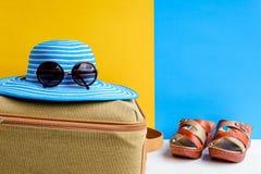 καθορισμένες ταξίδι και διακοπές με τα μπλε γυαλιά ηλίου καπέλων και το πορτοκάλι τσαντών Στοκ φωτογραφίες με δικαίωμα ελεύθερης χρήσης