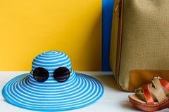 καθορισμένες ταξίδι και διακοπές με τα μπλε γυαλιά ηλίου καπέλων και το πορτοκάλι τσαντών Στοκ φωτογραφία με δικαίωμα ελεύθερης χρήσης