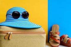 καθορισμένες ταξίδι και διακοπές με τα μπλε γυαλιά ηλίου καπέλων και το πορτοκάλι τσαντών Στοκ Φωτογραφία
