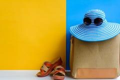 καθορισμένες ταξίδι και διακοπές με τα μπλε γυαλιά ηλίου καπέλων και το πορτοκάλι τσαντών Στοκ Εικόνα