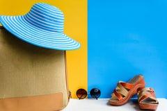 καθορισμένες ταξίδι και διακοπές με τα μπλε γυαλιά ηλίου καπέλων και το πορτοκάλι τσαντών Στοκ εικόνες με δικαίωμα ελεύθερης χρήσης