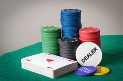 Καθορισμένες τσιπ και κάρτες παιχνιδιών πόκερ Στοκ εικόνα με δικαίωμα ελεύθερης χρήσης