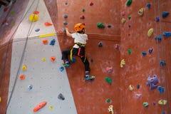 Καθορισμένη αναρρίχηση βράχου άσκησης αγοριών Στοκ φωτογραφίες με δικαίωμα ελεύθερης χρήσης