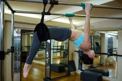 Καθορισμένη γυναίκα που εκτελεί την τεντώνοντας άσκηση στα pilates cadillac Στοκ εικόνα με δικαίωμα ελεύθερης χρήσης
