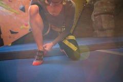 Καθορισμένη γυναίκα που φορά τα αθλητικά παπούτσια Στοκ εικόνα με δικαίωμα ελεύθερης χρήσης