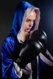 Καθορισμένη γυναίκα που φορά τα εγκιβωτίζοντας γάντια Στοκ Εικόνα