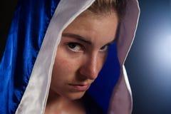 Καθορισμένη γυναίκα που φορά την εγκιβωτίζοντας τήβεννο Στοκ εικόνες με δικαίωμα ελεύθερης χρήσης