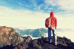 καθορισμένη γυναίκα backpacker που στην αιχμή βουνών Στοκ εικόνες με δικαίωμα ελεύθερης χρήσης