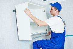 Καθορισμένη εγκατάσταση επίπλων κουζινών στοκ εικόνες