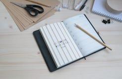 Καθορισμένη επιγραφή θεμάτων δημιουργικότητας εργασίας μελέτης γραφείων στοκ εικόνες