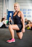 Καθορισμένη νέα γυναίκα που κάνει την τεντώνοντας άσκηση στη λέσχη υγείας Στοκ φωτογραφία με δικαίωμα ελεύθερης χρήσης