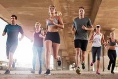 Καθορισμένη ομάδα νέων που τρέχουν στην πόλη Στοκ Εικόνες
